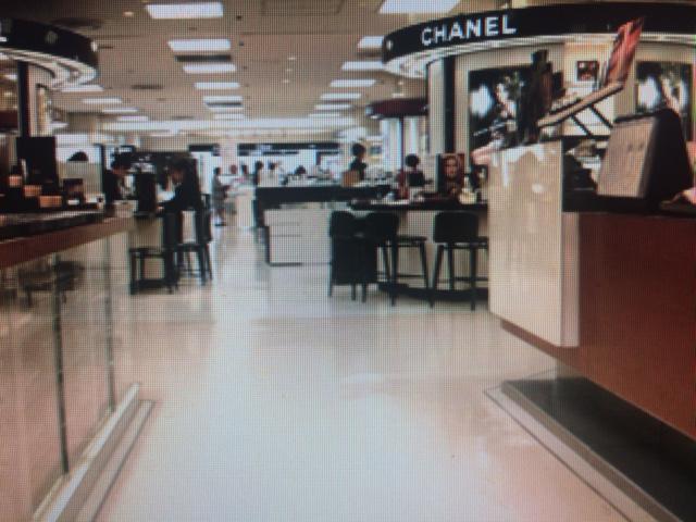 デパート一階  化粧品売り場と